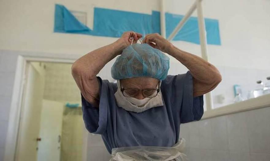 Η 90χρονη χειρουργός που αρνείται να σταματήσει τις επεμβάσεις ΕΙΚΟΝΕΣ