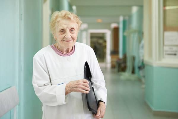 Η 90χρονη χειρουργός που αρνείται να σταματήσει τις επεμβάσεις [pics]