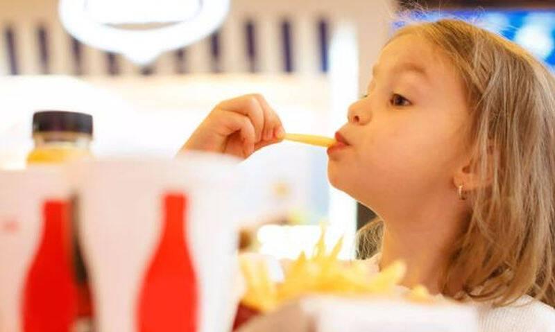 Μπορεί η κατανάλωση fast-food να επηρεάσει τις σχολικές επιδόσεις;