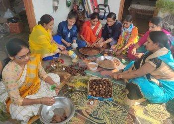 योगी के गौ सेवा से प्रभावित होकर महिलाएं गोबर से बना रही इको फ्रेंडली धूपबत्ती