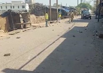 Lockdown: बाजार बंद कराने गई पुलिस टीम पर पथराव, एक सिपाही घायल