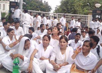 BHU: वेतन कटौती के विरोध में धरना दिए MTS
