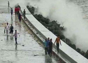 बेहाल मुंबई : रेल-सड़क और हवाई यातायात प्रभावित, समंदर की लहरें भी  मार रही उफान, चेतावनी जारी