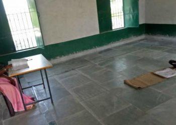 मीरजापुर: 'नमक-रोटी' वाले स्कूल का बहिष्कार, पढ़ने पहुंचा सिर्फ एक बच्चा