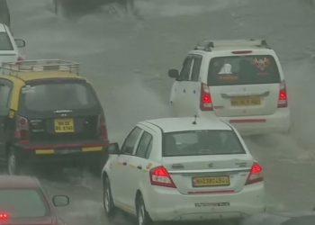 मुंबई में भारी बारिश से सहमे लोग, हाई अलर्ट जारी