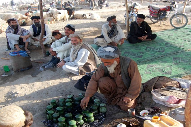 Cattle traders from Pakistan and Afghanistan taking a break to drink tea at the market for sacrificial animals in Chaman. Photo by Matiullah Achakzai/News Lens Pakistan