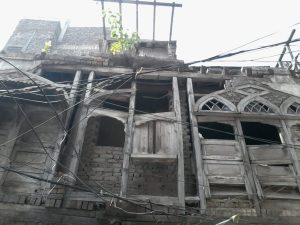 A dilapidated building in walled city Peshawar | Photo by News Lens Pakistan.