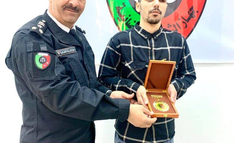 """رغم إعاقته البصرية .. """"أحمد الشريف"""" عنوان التميز في جهاز الشرطة القضائية"""