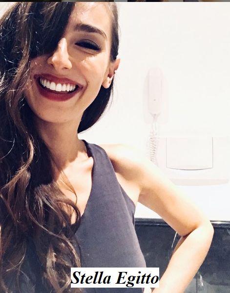 Stella Egitto in posa sorride