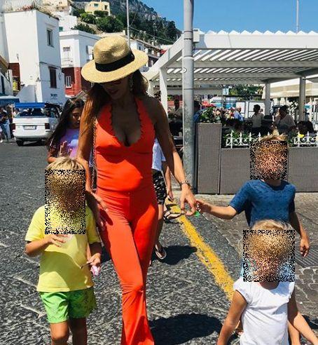 Foto attrice Veronica Maya su strada con i suoi figli al mare