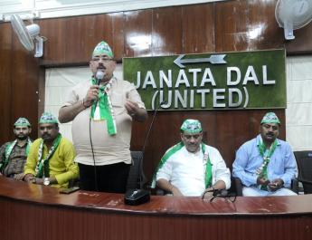 भाषण दे रहे थे दयानंद राय और बैठक में सोते नज़र आए जदयू नेता संजय झा, देखें PHOTOS । न्यूज़ ऑफ मिथिला
