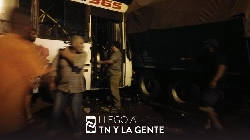 A bus and a truck collided in Moreno. (Photo: TN and the People).