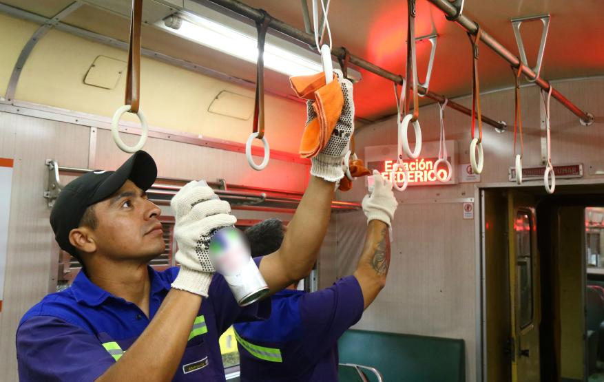 The Urquiza line formations are disinfected. (Photo: Metrovías)