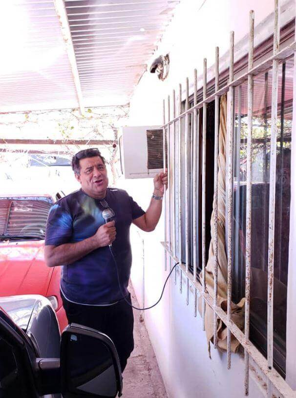 The mayor singing from a neighbor's window. (Photo: Municipality of Bovril).