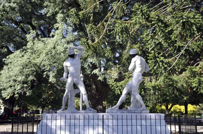 Statues and monuments of the city of La Plata dawned with masks. (Photo: Télam).