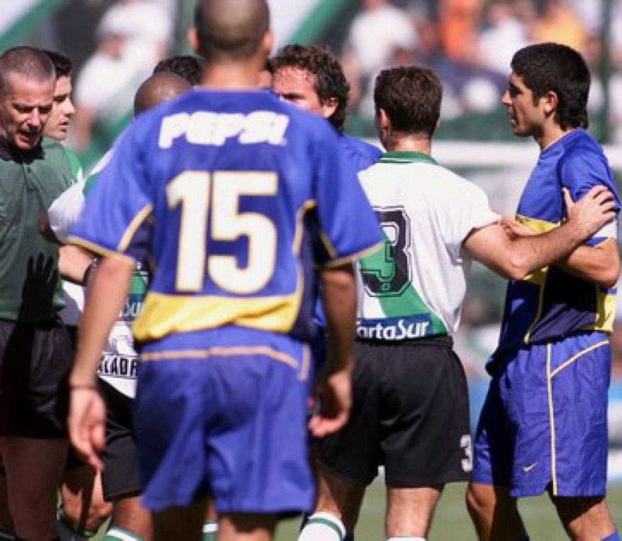 Madorrán was the referee who sent Riquelme on the field from Banfield after Santa Cruz put his hand in his tail (Fotobaires)
