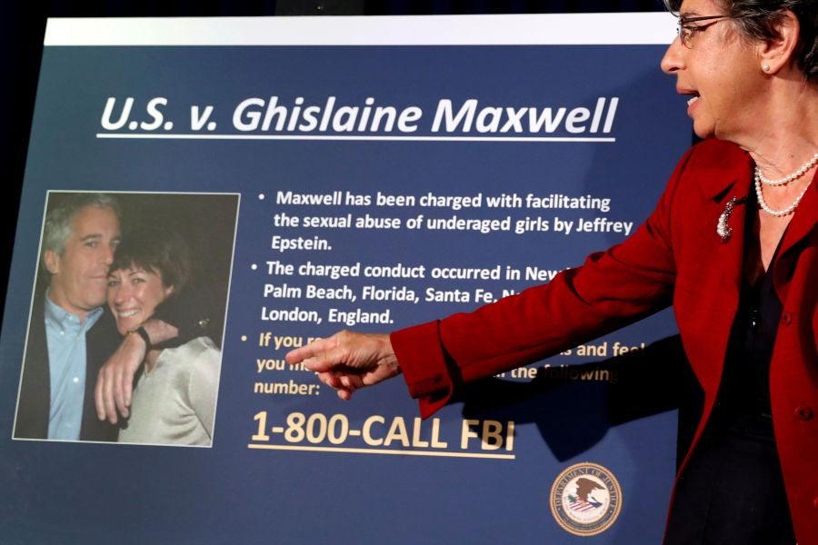 District Attorney Audrey Strauss shows the indictment against Ghislaine Maxwell, who appears in the photo alongside Jeffrey Epstein. Photo: REUTERS / Lucas Jackson