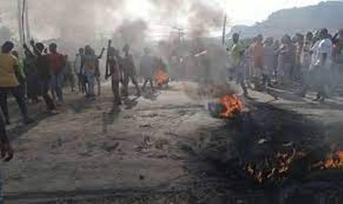 Banditry: Passengers Stranded As Protesters Take Over Abuja-Kaduna Highway