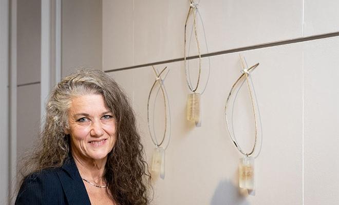 Akl. artist Gina wins Fieldays No.8 Wire National Art Award