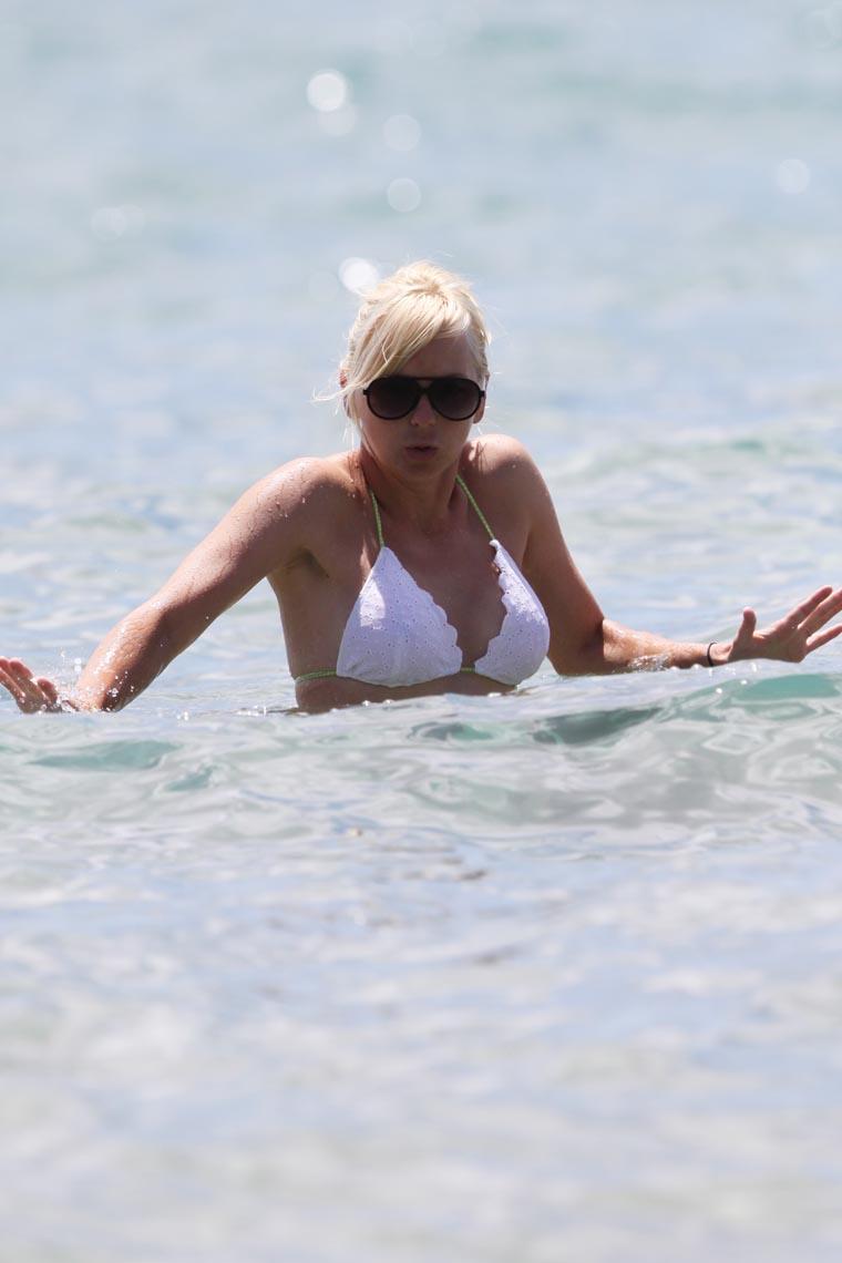 Anna Faris Shows Off Her Fit Physique In White Bikini