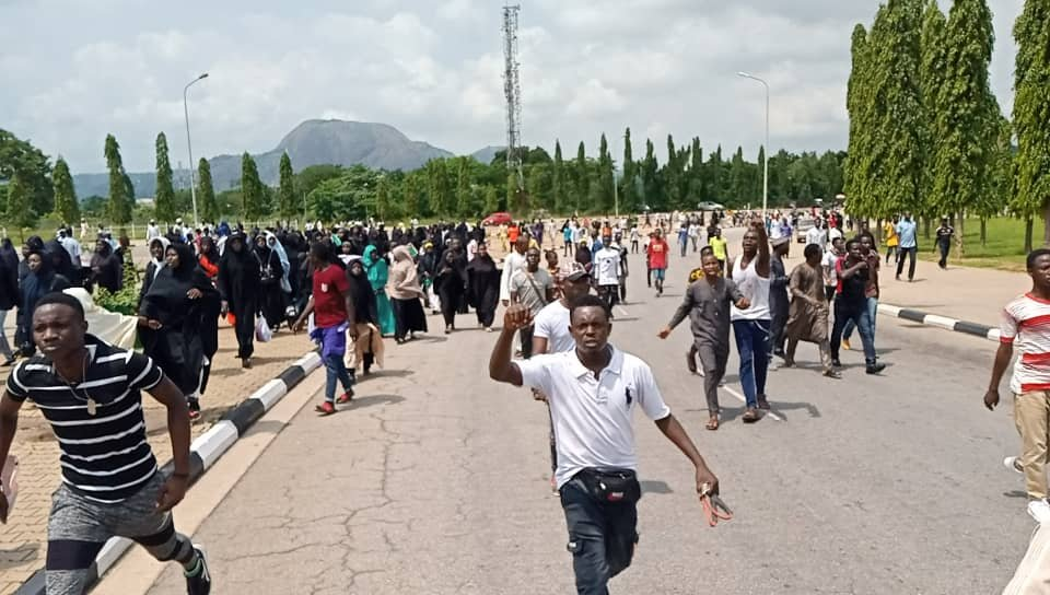 Shiite protesters shoot three police officers at National Assembly