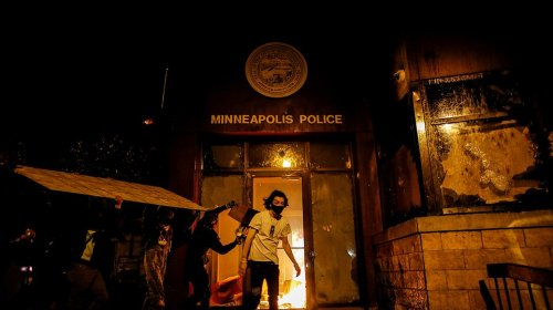 George Floyd: US police flee station after rioters storm building ...