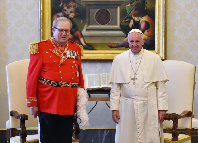Fra'Matthew Festing, el antiguo Gran Maestro de la Soberana Orden Militar de Malta, y el Papa Francis, en 2013.