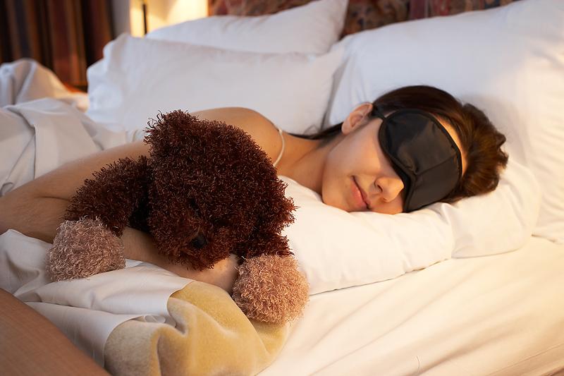 Resultado de imagen de mujer durmiendo con antifaz