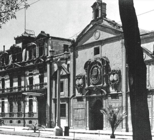 La avenida Juárez y el templo de Corpus Christi con su célebre callejón a finales de los años veinte. A su lado se encuentra la antigua residencia de José Yves Limantour, sede de la Suprema Corte de Justicia de 1919 a 1941.