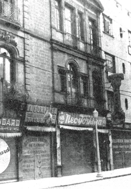 Imagen de los años cuarenta en la que figura la casa de don Francisco González Bocanegra, en el número 48 de la calle de Tacuba, anteriormente llamada Santa Clara en este tramo. A pesar de las diversas transformaciones que ha sufrido esta zona al paso del tiempo, el inmueble se mantiene en pie, a unos pasos de la estación del Metro Allende.