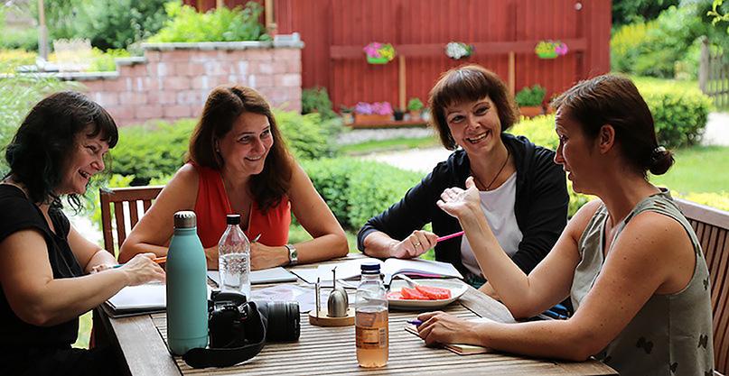 Diskussionsrunde in einem schattigen Innenhof