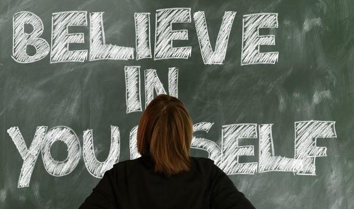 Glaub an dich selbst steht auf einer Tafel