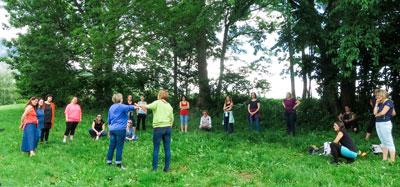 NFK-Ausbildnerinnen und Kundinnen stehen im Wald im Kreis
