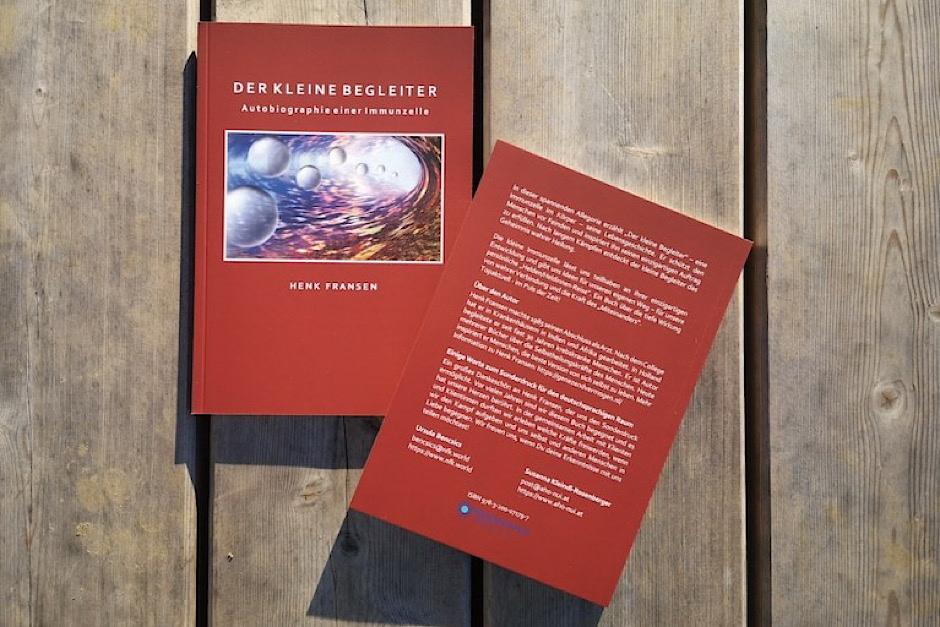 Buch auf der Holzterasse von Frenk Hansen, der kleine Begleiter