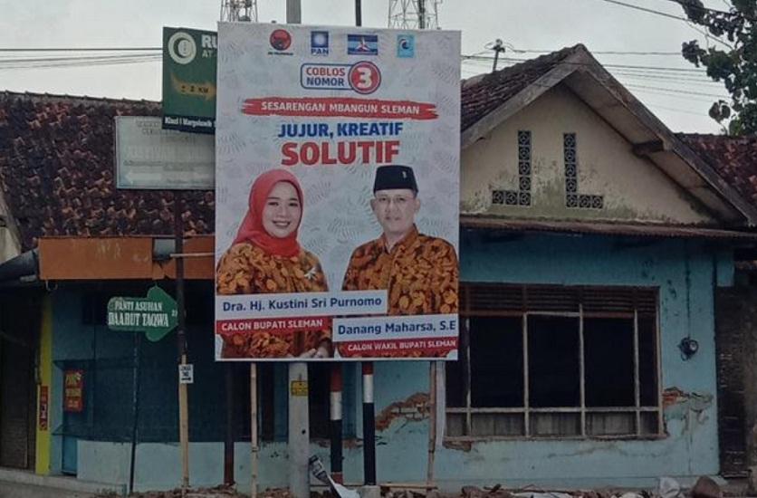 Banner Kampanye Kustini Tutup Plang Rumah Sakit