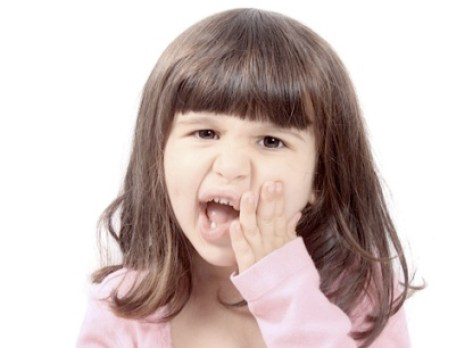 trẻ mọc răng hàm