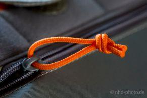 Orangenes Band am Reißverschluss