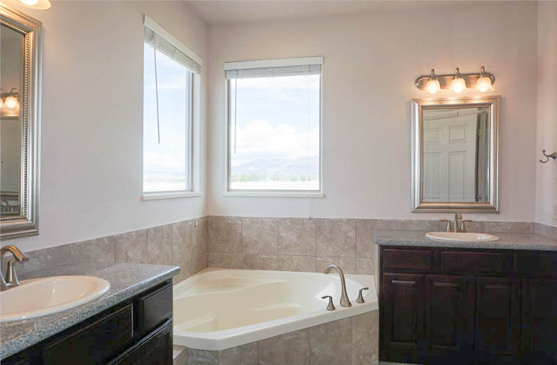 5-piece ensuite with a corner soaking tub