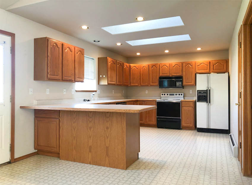 653 Fenton has a large kitchen with lots of storage, skylights, and a garden window overlooking the back yard. There is also a breakfast bar and small pantry!