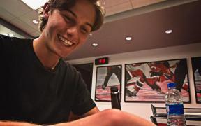 Jack Hughes assinando seu primeiro contrato na NHL, durante o período da Free Agency