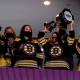 Jogadoras do Boston Pride marcam presença em jogo do Boston Bruins da NHL.