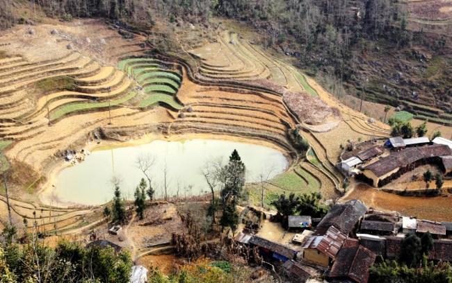 Hồ mắt Rồng nhìn từ Cột Cờ Lũng Cú. Photo: TốngMai