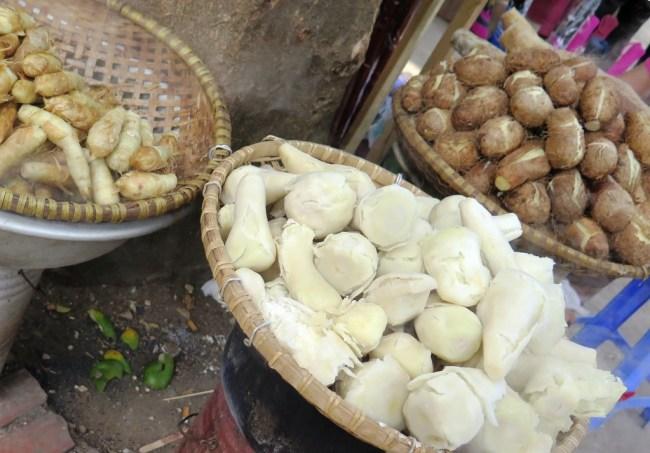 Thức ăn trong Hương Tích. Củ bình tinh, khoai từ và khoai gì đây?. Photo: TongMai