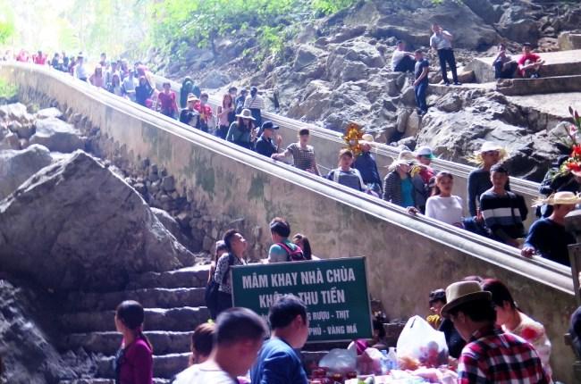 Bậc cấp xuống động đá mòn nên rất trơnBậc cấp xuống chùa Hương. Photo: TongMai
