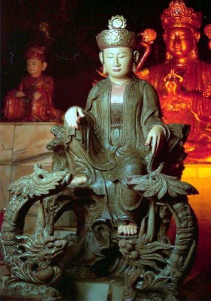Tượng Quán Thế Âm trong chùa Hương