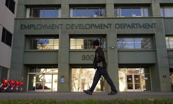 US Jobless Claims Rise to 861,000 as Layoffs Remain High