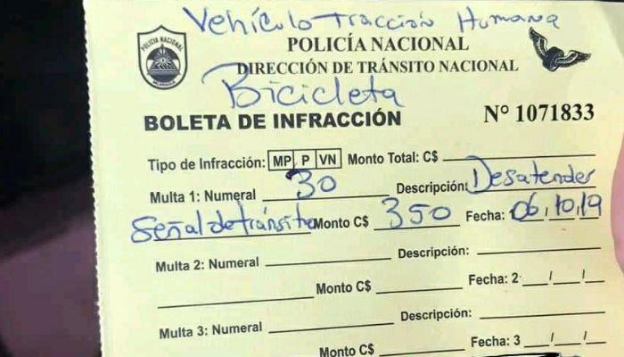 Policía de Nicaragua multa a ciclista