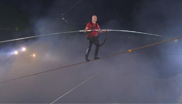 Nik Wallenda cruza sobre una cuerda el volcán Masaya