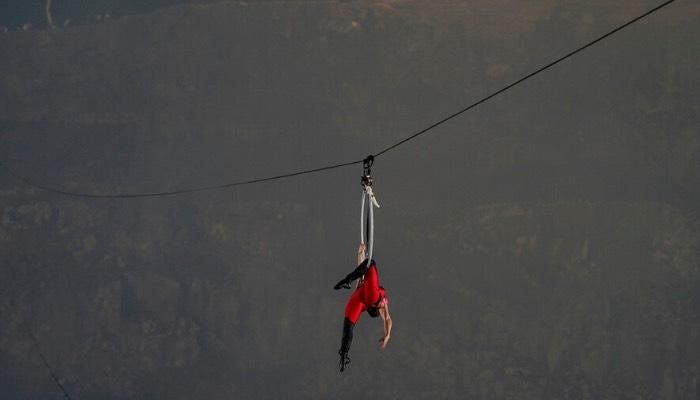 Erendira Wallenda realiza acrobacias sobre el volcán Masaya