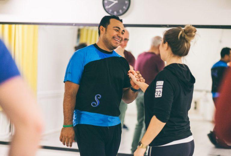 smilende eyner - og siril underviser salsa